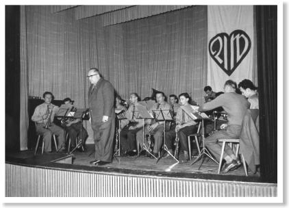 Das Blasorchester mit Dirigent Ernst Dittrich bei der Seniorenfeier der Arbeiterwohlfahrt in der Festhalle Ay.