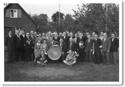 Das Blasorchester im Gründungsjahr bei einem Ständchen für den 1. Vorsitzenden