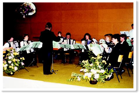 Konzert des Akkordeonorchesters 1991 in der Engelhart-Schule unter der Leitung von Hans-Peter Ehrenberg